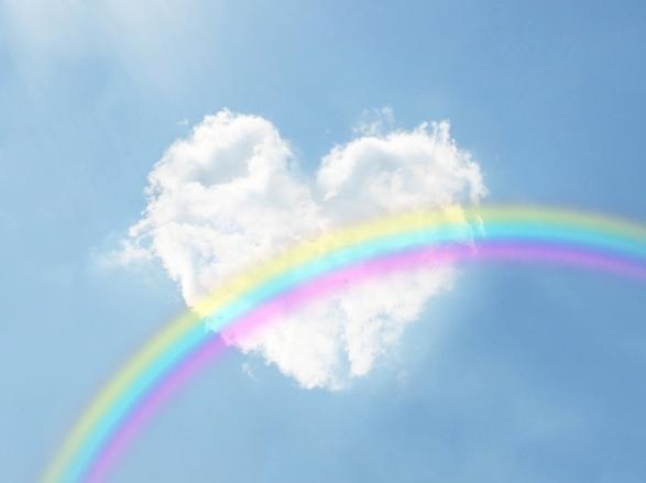 空にハートの雲と虹がかかったイメージ画像