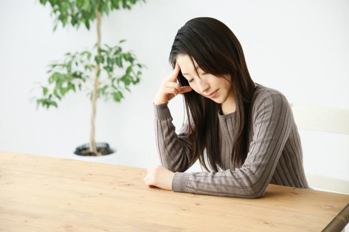 頭痛で元気のない人のイメージ画像